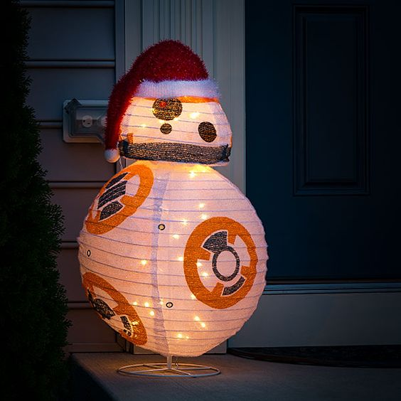 08-R2D2-lighted-lawn-decoration-looks-so-cute