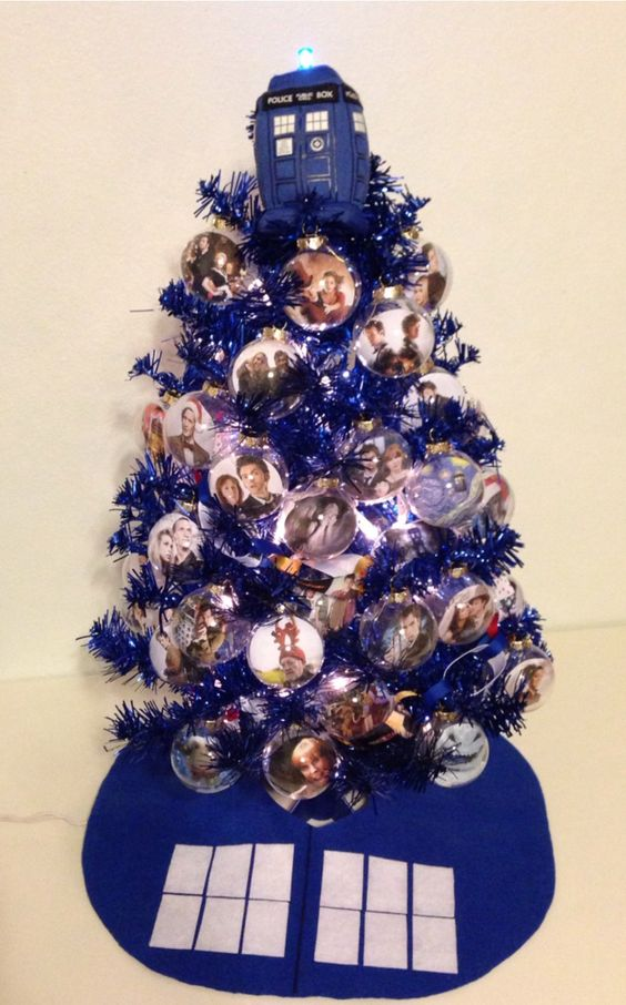 37-dazzling-blue-Christmas-tree-with-photo-ornaments-is-such-a-fun-idea
